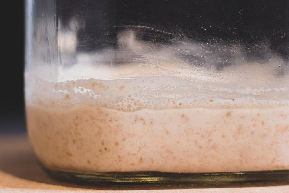 Siehst Du die klare Flüssigkeit? Nicht schlimm! Aber ein klares Zeichen, dass der Sauerteig-Starter hungrig ist!