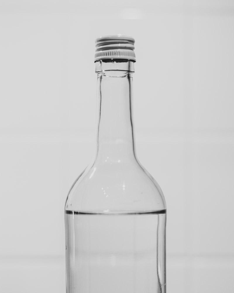 Eine ehemalige Weinflasche dient jetzt als ein Reservoir für gefiltertes Wasser