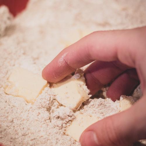 Butter in die trockene Mischung verreiben