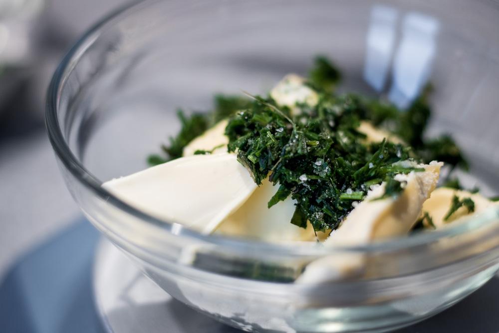 Butter, Kräuter und Salz - mehr brauchst Du für eine einfache Kräuterbutter nicht!